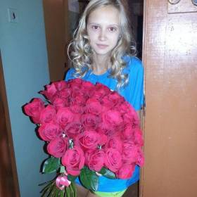 Красные розы для юной девушки - фото
